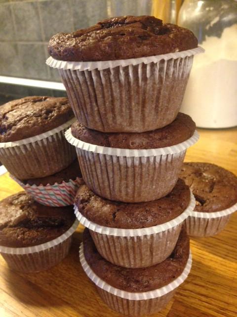 Nybakade amerikanska chokladmuffins