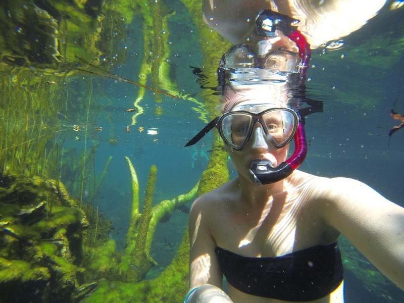Emelie snorklar i en cenote