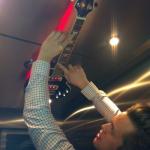 Johan spelar gitarr i hissen